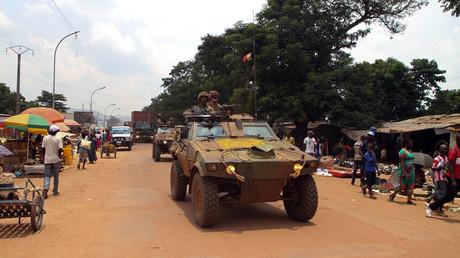 Des soldats français de l'opération Sangaris patrouillent dans les rues de Bangui le 15 septembre 2015 à bord de véhicules blindés