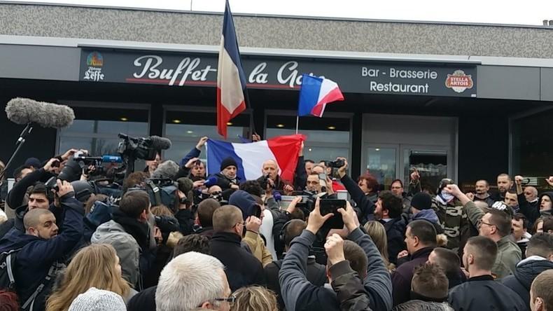 Le général Piquemal se prononce devant les manifestants à Calais