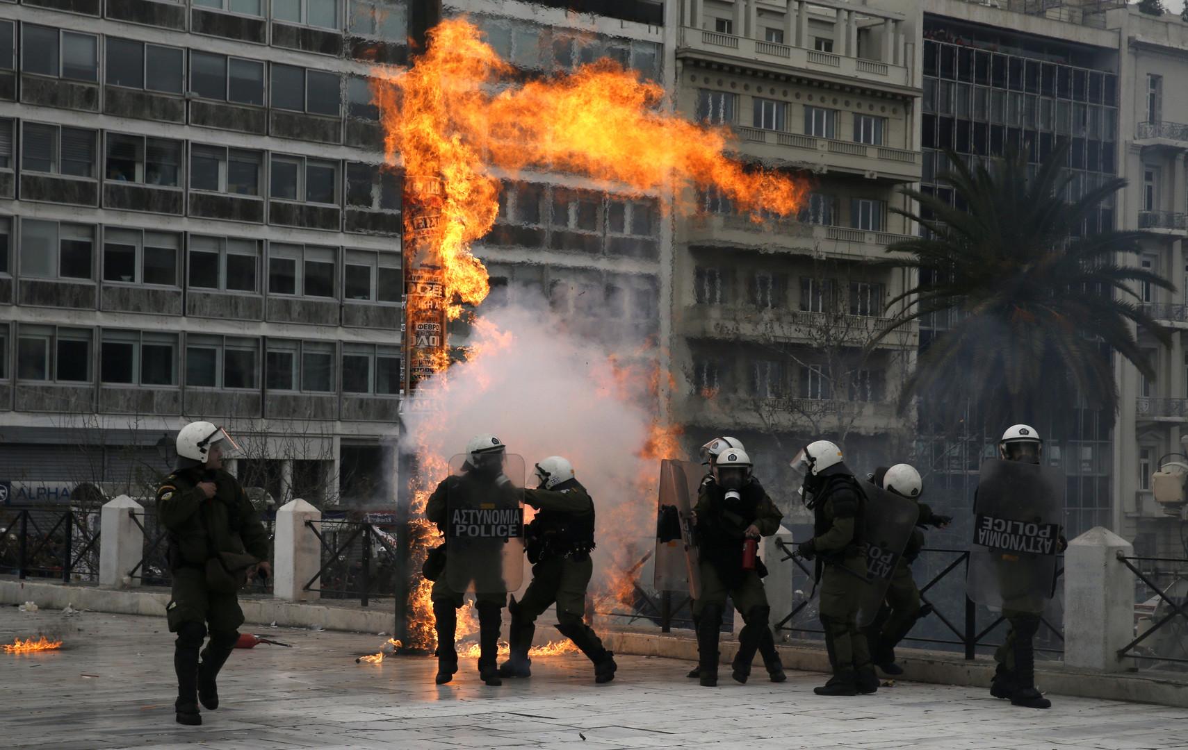 Des gaz lacrymogènes et des cocktails Molotov déployés pendant la grève générale en Grèce (VIDEOS)