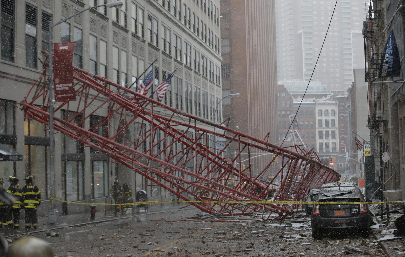 New York : une grue géante s'effondre faisant un mort et plusieurs blessés (PHOTOS, VIDEOS)