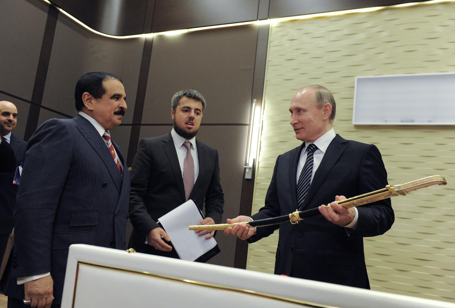 Vladimir Poutine a reçu du roi du Bahreïnun une épée en acier de Damas
