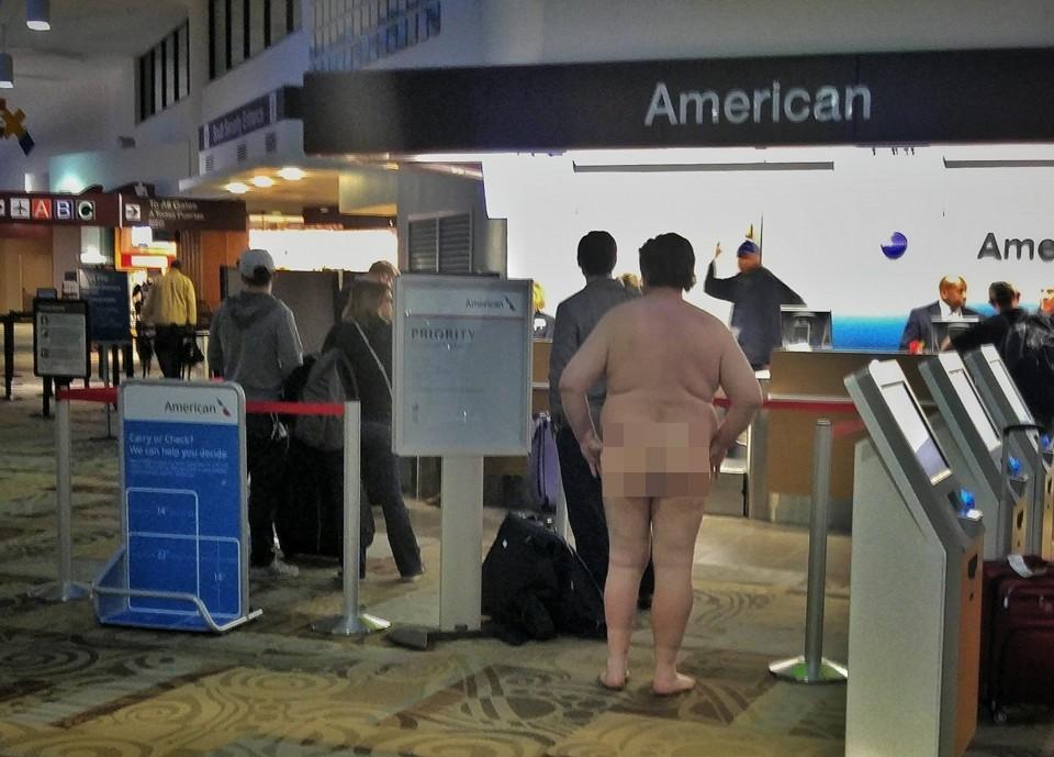 Etats-Unis : un homme se rend nu à l'aéroport et patiente au bureau d'enregistrement (PHOTOS)