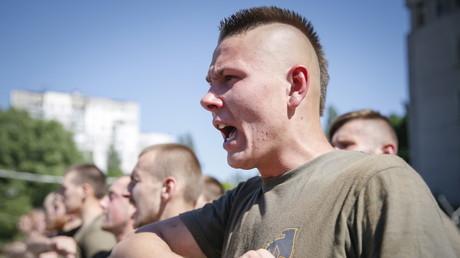 Des miliciens de Maïdan avant l'examen qui précède leur départ pour le front dans l'Est de l'Ukraine