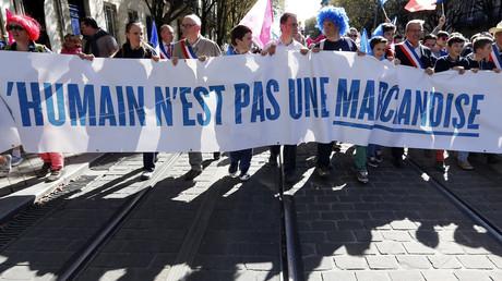 Contre la GPA,  des féministes de gauche et un collectif lesbien se mobilisent (VIDEO)
