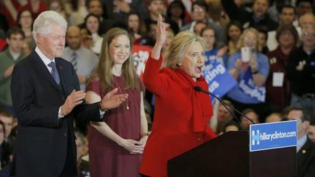 L'ex-président des Etats-Unis Bill Clinton applaudit à son épouse, candidate aux primaires du parti démocrate Hillary Clinton