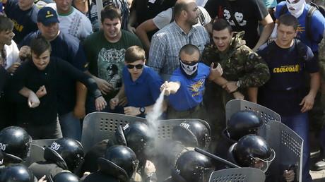 A Kiev, des manifestants portant des maillots du parti radical «Svoboda» se battent contre la police