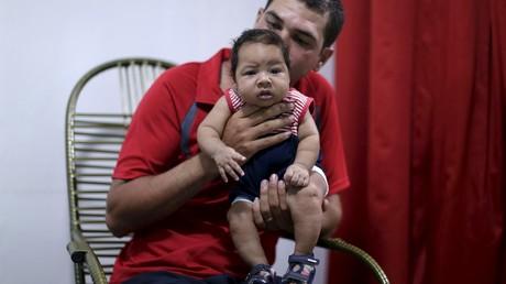 Un enfant victime d'une micro-encéphalite provoquée par le virus zika