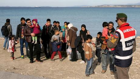 Des migrants voulant se rendre en Grèce sur une plage turque le 1er décembre 2015