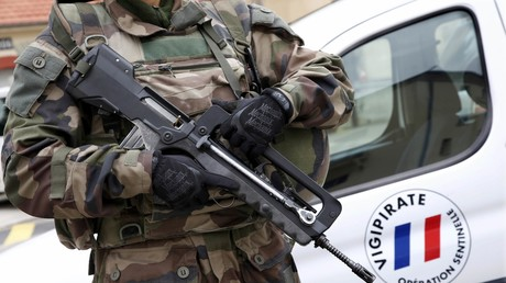 Photo d'archives montrant un légionnaire français en patrouille, tenant son fusil d'assaut Famas dans le cadre du dispositif
