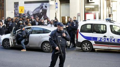 Un policier armé sécurise la rue après qu'un homme a été abattu à l'extérieur du commissariat dans le 18ème arrondissement de Paris, le 7 janvier 2016