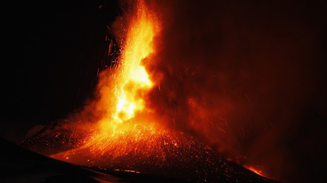 Japon : un volcan en éruption à 50km d'une centrale nucléaire (VIDEO)