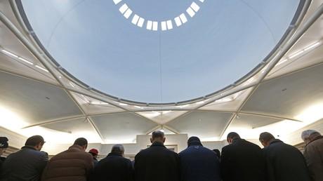 Des musulmans prient dans la Grande mosquée de Strasbourg