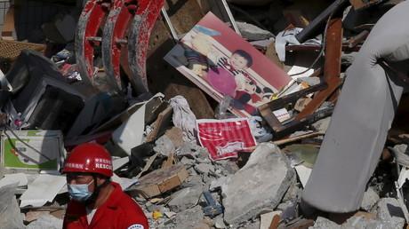 Une photo d'un enfant dans les décombre d'un bâtiment détruit