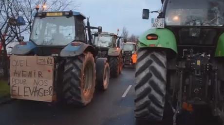 Des tracteurs et du fumier contre la paperasserie à Calais