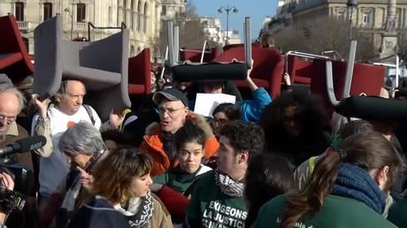 Manifestation symbolique des «faucheurs de chaises» contre l'évasion fiscale
