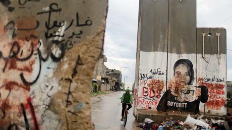 Un palestinien passe à vélo à Khan Younis