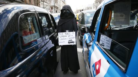A Londres, les «black cabs» manifestent contre Uber