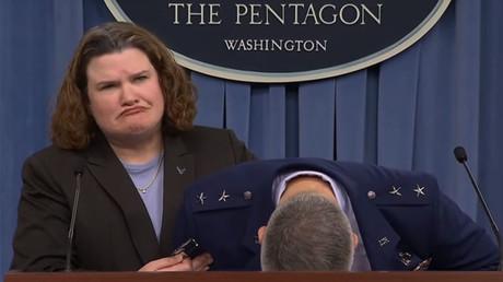 Un général américain s'évanouit en pleine conférence de presse...est-ce vraiment drôle ? (VIDEO)