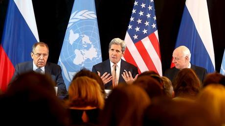 Le ministre russe des Affaires étrangères Sergueï Lavrov, en compagnie de son homologue américain John Kerry lors d'une conférence de presse à l'issue de la réunion de Munich ce vendredi 12 février