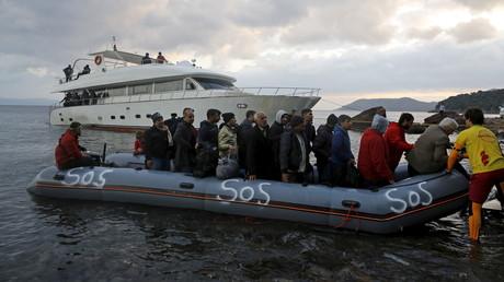 Des réfugiés débarquent en Grèce