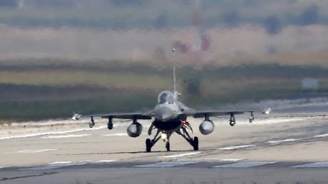 Un F-16 turc au décollage. Samedi Ankara a débuté ses frappes contre les bastions kurdes au nord de la Syrie