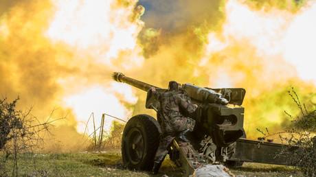 Soldats de l'armée syrienne utilisant une pièce d'artillerie dans la province d'Idlib, dans le nord-ouest de la Syrie.