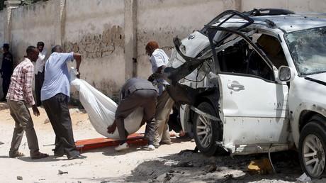 Un corps est extrait d'une voiture ayant explosé à Mogadiscio