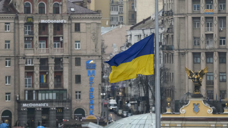 Le drapeau ukrainien flotte au dessus de la place de l'indépendance à Kiev