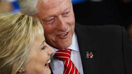 L'ancien président américain Bill Clinton en compagnie de sa femme Hillary, en course pour la primaire démocrate le 10 février dernier