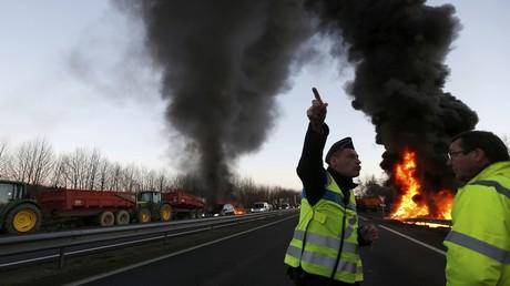 Une action de protestation des fermiers français à Tinténiac
