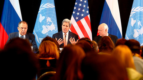 Le ministre russe des Affaires étrangères Sergeï Lavrov, le secrétaire d'Etat américain John Kerry et l'envoyé spécial de l'ONU pour la Syrie, Staffan de Mistura