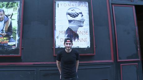 Yonathan Sayada devant le théâtre de la Main d'Or à Paris