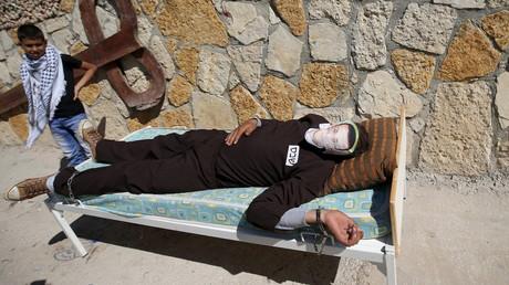 Un Palestinien proteste contre l'emprisonnement du journaliste Mohammed al-Qiq.