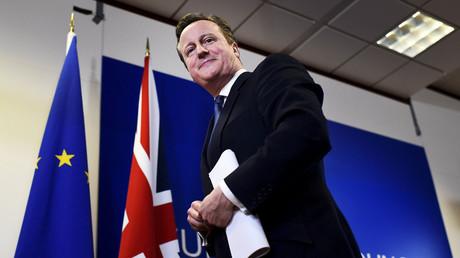 Le Premier ministre britannique David Cameron sourit à la fin du sommet des chefs d'Etat de l'Union Européenne à Bruxelles, le 19 février 2016.