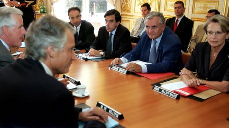 Michel Barnier, Dominique de Villepin sur la gauche et Michèlle Alliot-Marie à l'extrême droite de l'image lors d'un conseil des ministres présidé par Jean-Pierre Rafarin en 2004