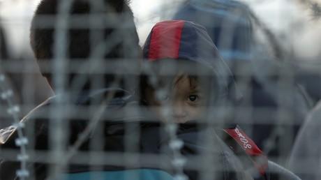 Des migrants à la frontière entre la Grèce et la Macédoine