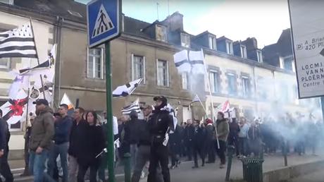 Les manifestants du parti Adsav dans les rues de Pontivy (Morbihan)