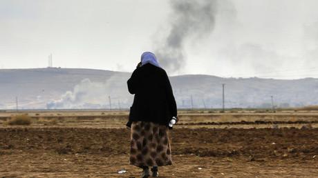 Une femme kurde essaye de trouver ses proches suite à une bataille entre Daesh et les Peshmergas kurdes