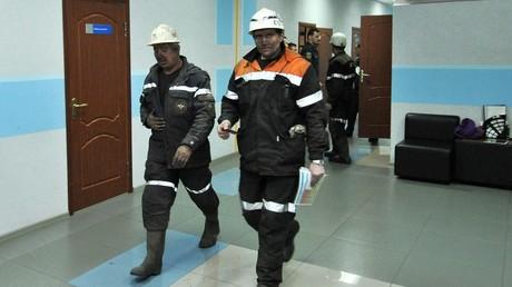 Des sauveteurs russes dans la mine de Severnaya