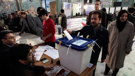 Un homme dépose son bulletin de vote dans l'urne lors des élections législatives iraniennes le 2 mars 2012