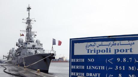 Un navire de guerre français, Jean De Vienne, à quai au port de Tripoli en 2012