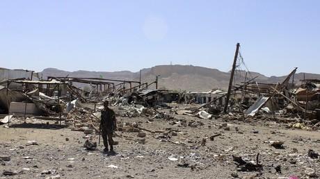 En 2015, un homme se tient sur un marché de la ville de Sanaa, complètement détruit par l'aviation saoudienne