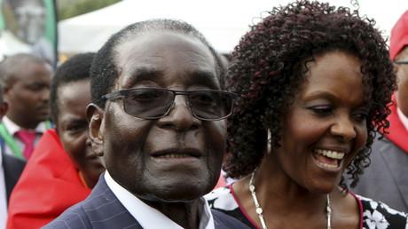 Le président du Zimbabwe le 27 février dernier, jour des festivités pour son 92ème anniversaire, en compagnie de sa femme, Grace