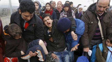 Un jeune réfugié syrien crie sa douleur alors que lui et des centaines d'autres attendent à la frontière gréco-macédonienne, le 27 février 2016.
