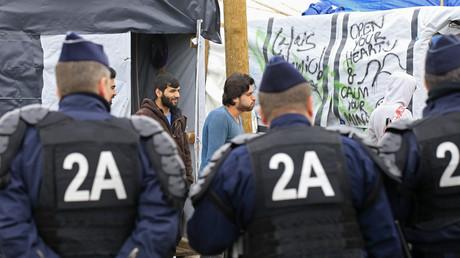 Des forces de l'ordre dans le camp de Calais