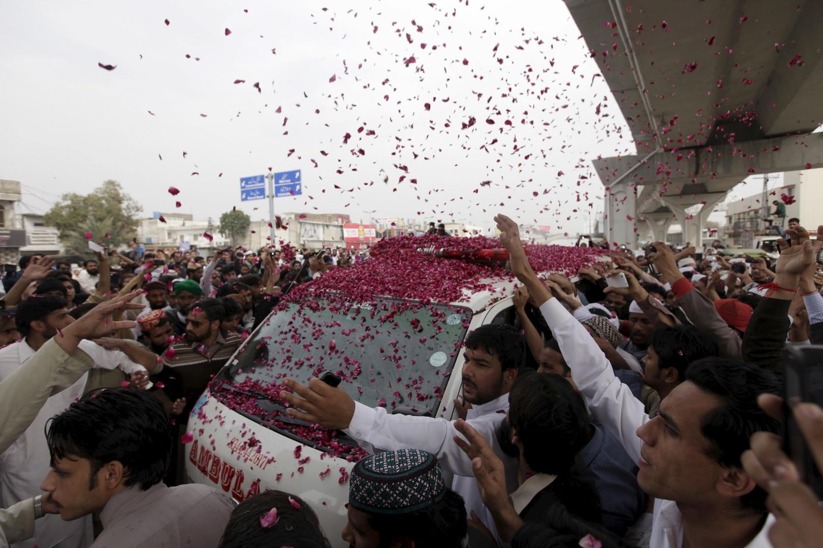 Pakistan: 100 000 personnes aux funérailles du meurtrier d'un gouverneur (VIDEOS, PHOTOS)