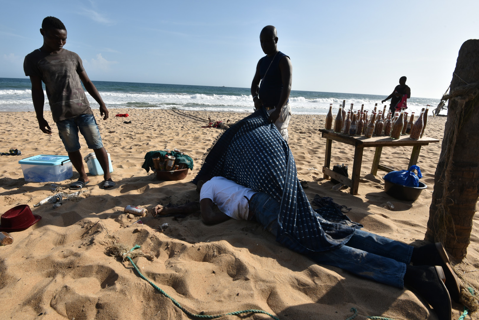 Le corps d'une victime de l'attaque à Grand-Bassam