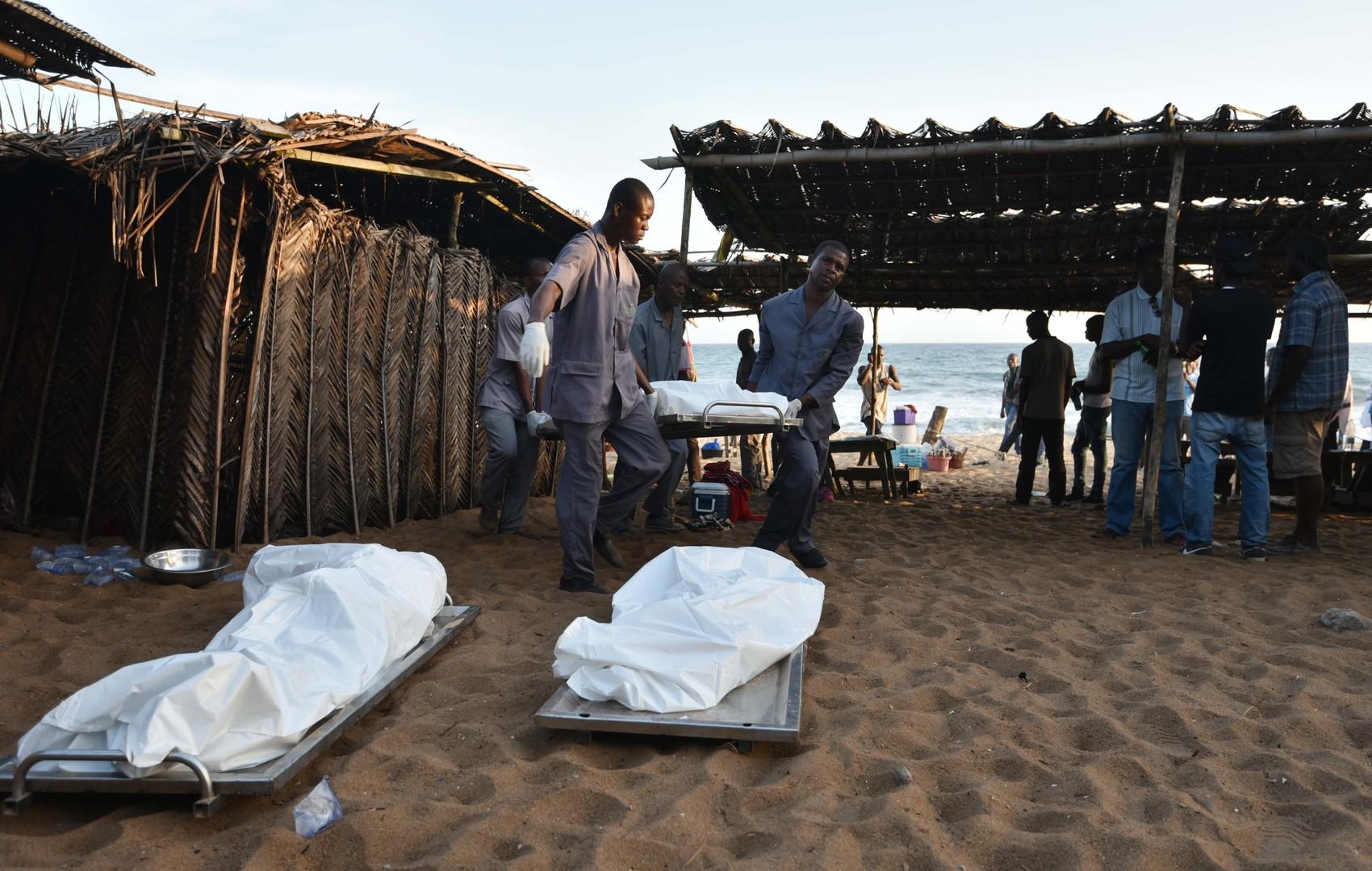 Des corps recouverts d'un drap sur la plage de Grand-Bassam
