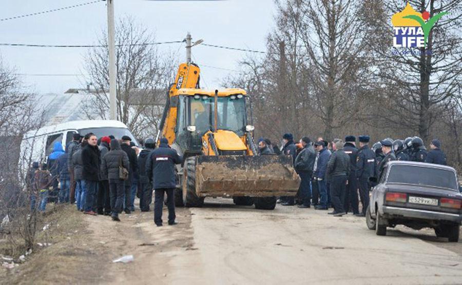 En Russie, 500 policiers viennent déloger un camp de Roms après une émeute (PHOTOS, VIDEOS CHOC)