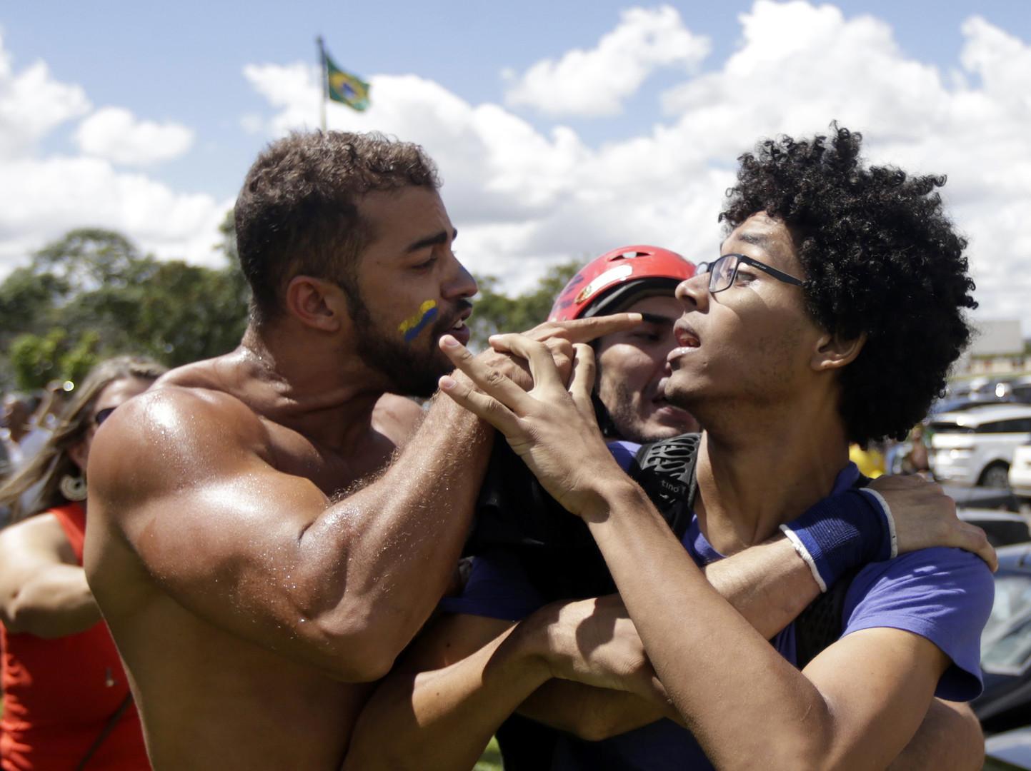 Dispute entre un partisan et un adversaire de la présidente Dilma Roussef avant la nomination au gouvernement de l'ex-président Luiz Inacio Lula da Silva le 17 mars à Brasília